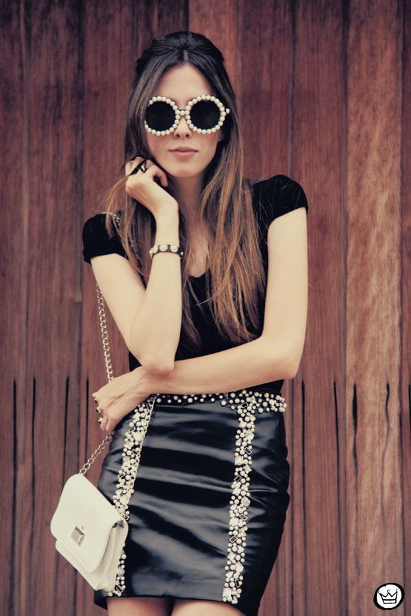FashionCoolture 19.12.2012 Romwe leather and pearls skirt black Kafé braceletes mix Asos high heels sunglasses rounded (2)