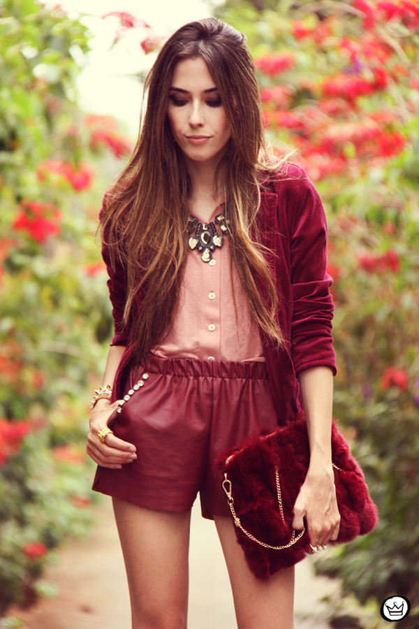 FashionCoolture 27.12.2012 - velvet blazer burgundy leather shorts Choies faux fur clutch pink Kafé bracelets outfit  (2)