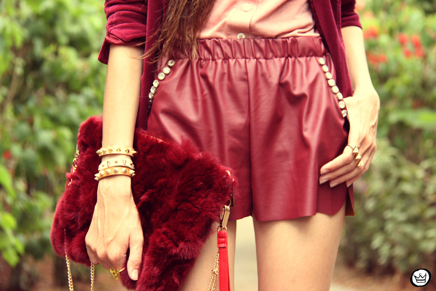 FashionCoolture 27.12.2012 - velvet blazer burgundy leather shorts Choies faux fur clutch pink Kafé bracelets outfit  (3)