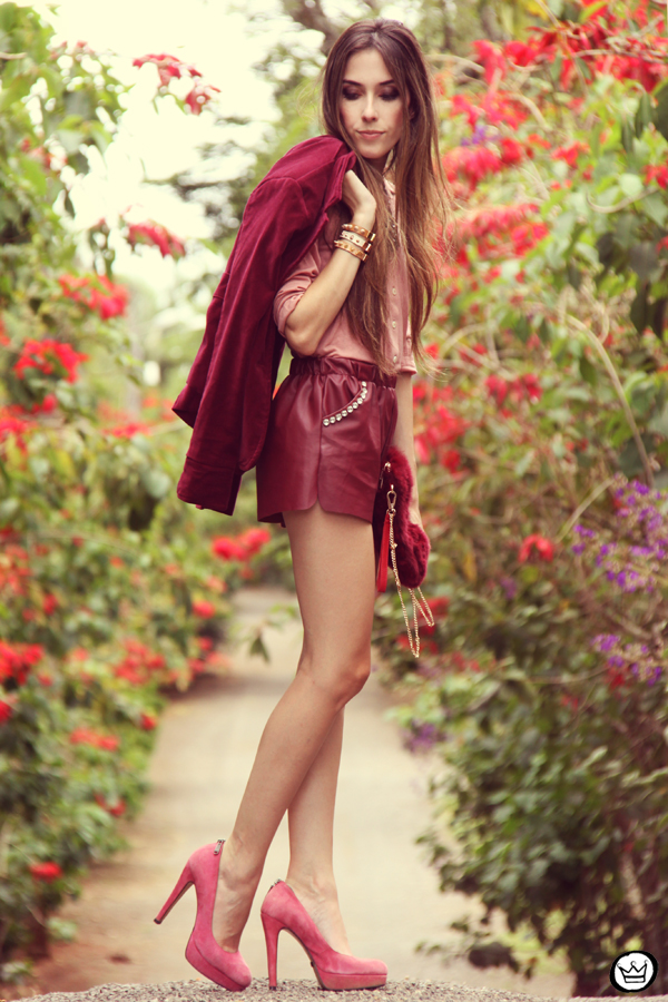 FashionCoolture 27.12.2012 - velvet blazer burgundy leather shorts Choies faux fur clutch pink Kafé bracelets outfit  (4)