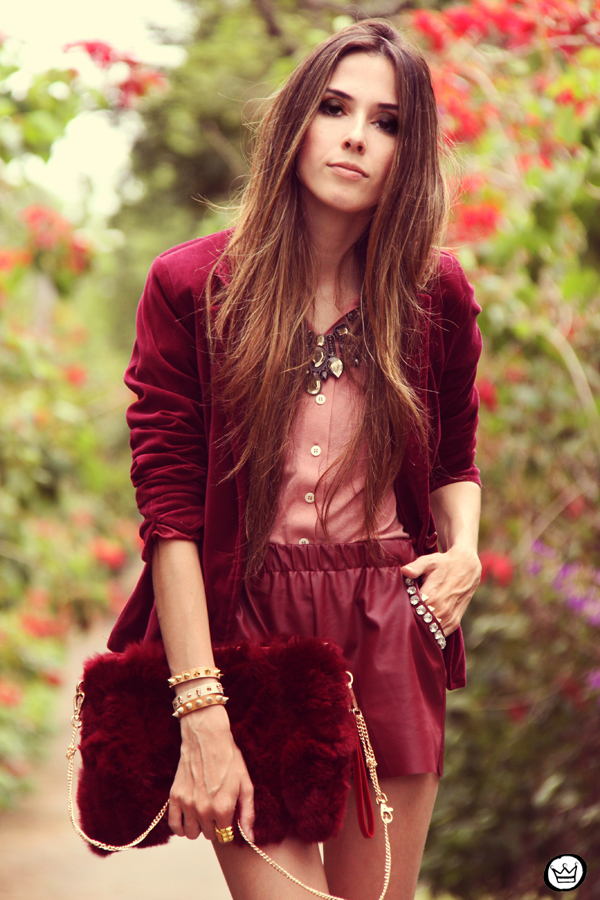 FashionCoolture 27.12.2012 - velvet blazer burgundy leather shorts Choies faux fur clutch pink Kafé bracelets outfit  (5)