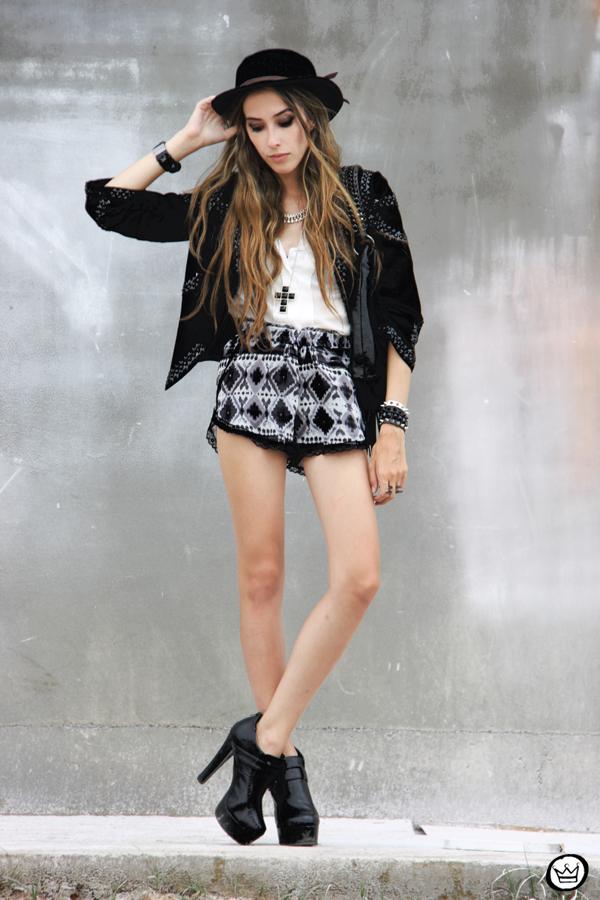 FashionCoolture - 15.01.2013 look du jour Furor ethnic shorts cross blazer Labellamafia shirt Asos Zara (1)