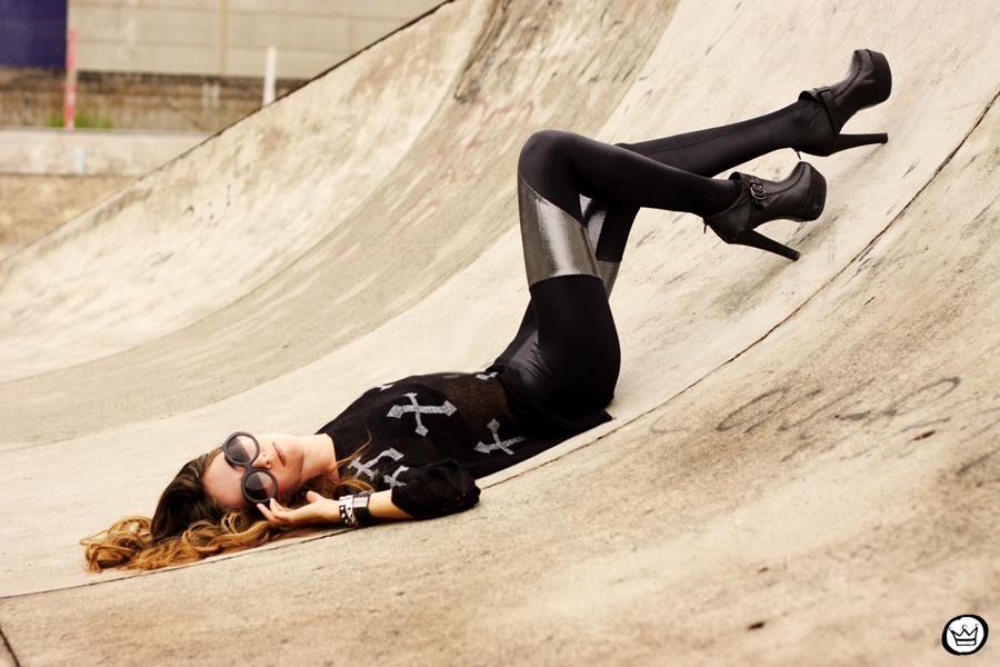 FashionCoolture - 24.02.2013 look du jour legging blackmilk cross jumper romwe sunglasses (3)