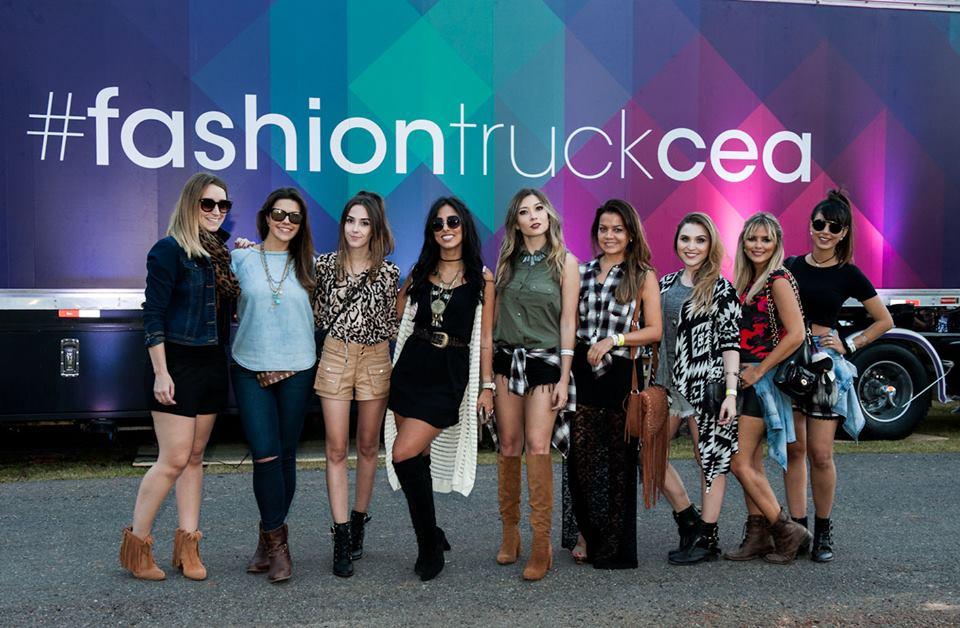 FashionCoolture - Cea Lollapalooza fashion truck bloggers (2)