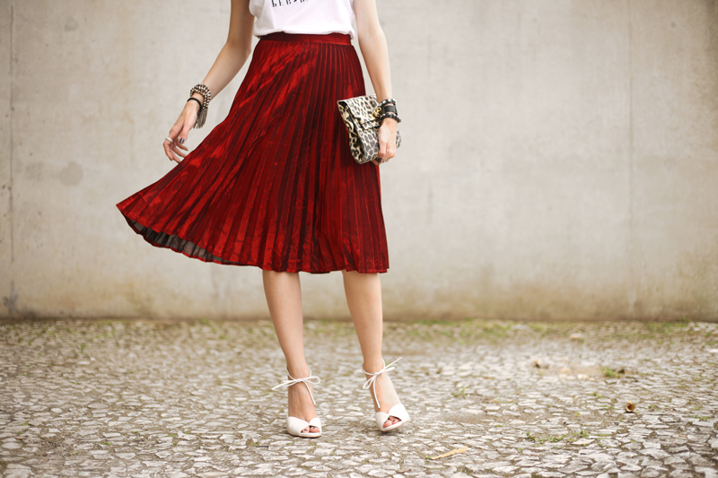 fashioncoolture-red-pleated-metallic-skirt