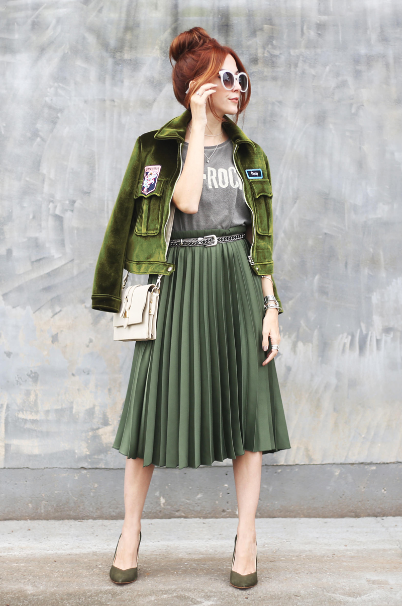 f3306b3f5 A minha segunda opção foi combinar com uma peça também em um tom mais  fechado, assim como a saia. Se eu dissesse que usei a saia verde com uma  jaqueta roxa ...
